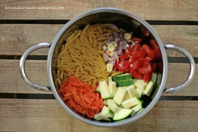 One pot pasta mit zucchini tomate roh