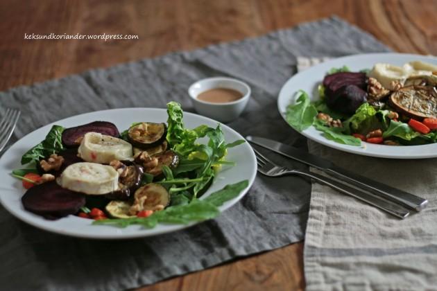 Salat mit Ofengemüse roter Beete Karotten Zucchini Aubergine Rucola und Ziegenkäse Walnüsse3