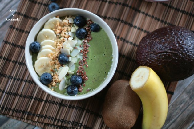 Smoothie Bowl Green Smoothie Avocado Beeren Spinat Nüsse Banane 2