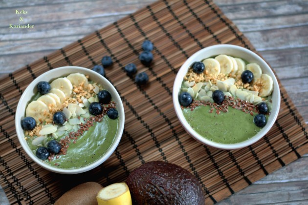 Smoothie Bowl Green Smoothie Avocado Beeren Spinat Nüsse Banane 3