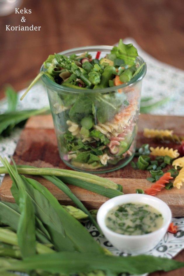Nudelsalat mit grünem Spargel, Zucchini, Frühlingszwiebeln und Bärlauchdressing5