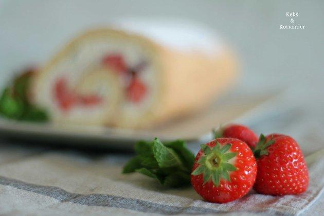 Erdbeer-Minz-Rolle Roulade mit Erdbeeren und MInze