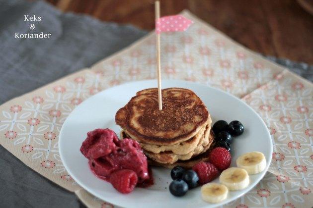 Gesunde Pancakes ohne Mehl mit Nicecream very berry aus Beeren und Banane 2