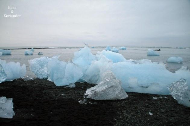 Schwinnende Eisberge türkis Island Strand