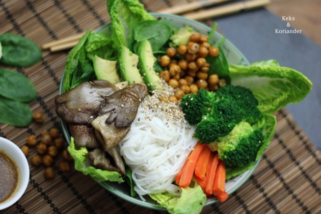 Buddha Bowl mit gerösteten Kichererbsen, Sesam, Austernpilzen, Reisnudeln 4