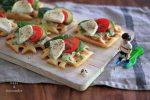 herzhafte Knoblauchwaffeln mit Avocado, Tomate und Mozzarella 2