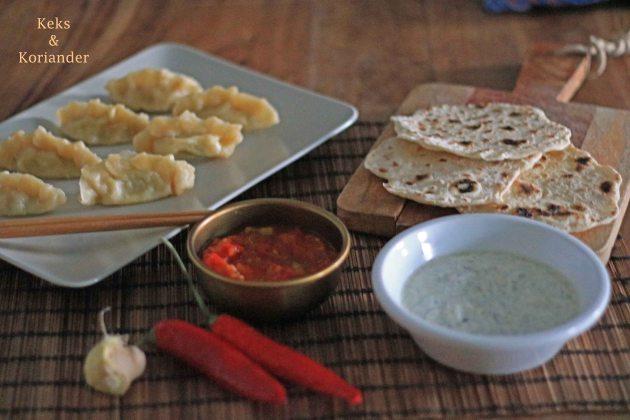 Nepalesische Teigtaschen Momos vegetarisch Tomatenchutney Roti