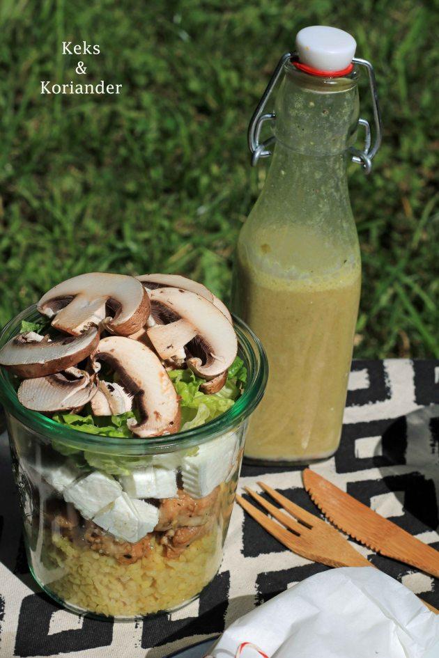 Picknicksalat im Glas Pilze, Honig-Sesam-Pute, Bulgursalat, Ziegenkäse