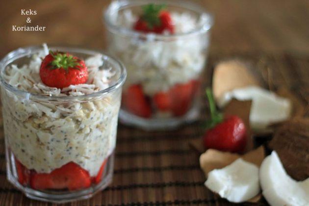 Porridge mit Kokosmilch, frischer Kokosnuss und Erdbeeren 2