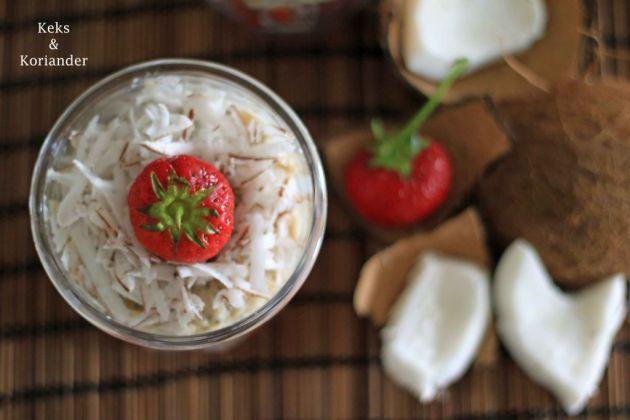 Porridge mit Kokosmilch, frischer Kokosnuss und Erdbeeren 3