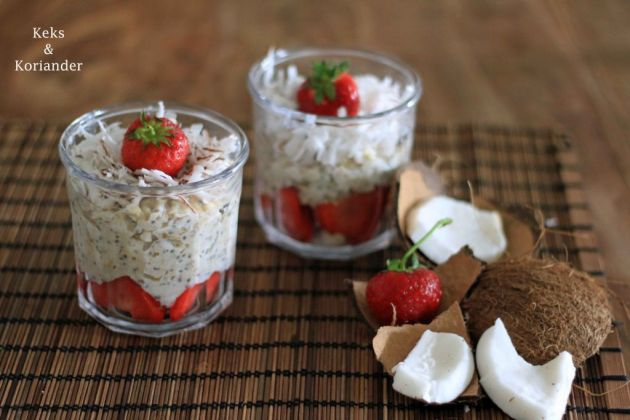 Porridge mit Kokosmilch, frischer Kokosnuss und Erdbeeren