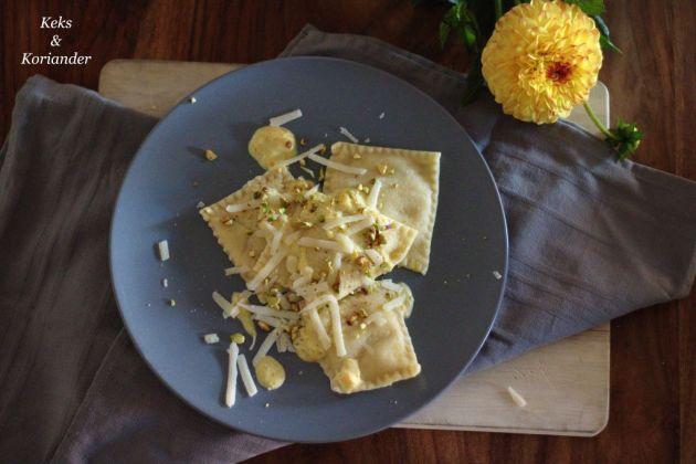Ravioli mit Kürbisfüllung, Kürbissahnesoße, Pistazien und Parmesan 2