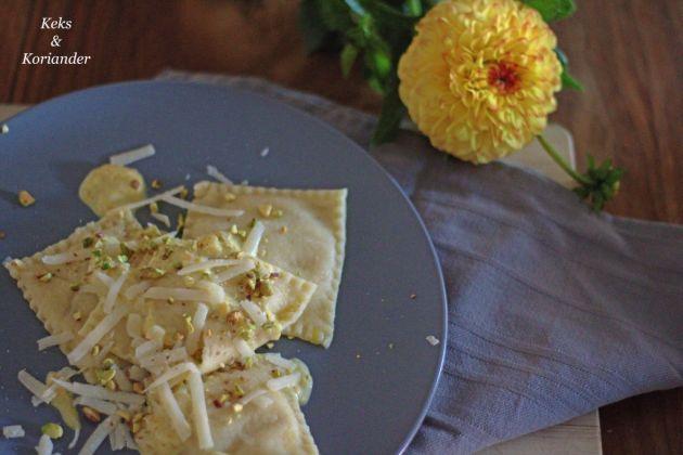 Ravioli mit Kürbisfüllung, Kürbissahnesoße, Pistazien und Parmesan 3