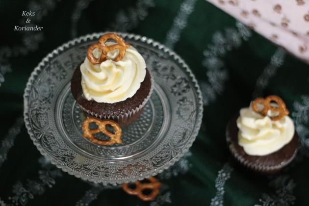 wiesncupcake-mit-lebkuchenmuffin-salted-caramel-frosting-und-salzbreze