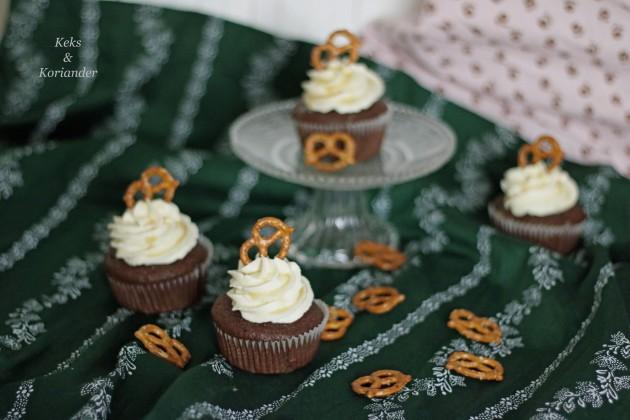 wiesncupcakes-lebkuchen-schoko-mit-salted-caramel-frosting-und-salzbreze
