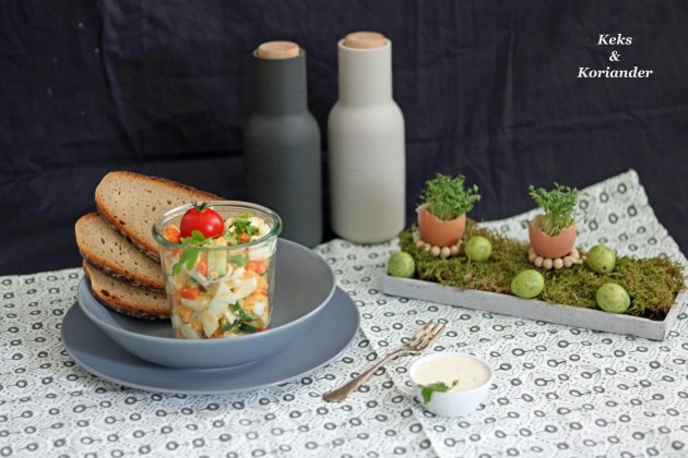 Eiersalat mit Karotten ohne Mayo zu Ostern mit Tischdeko