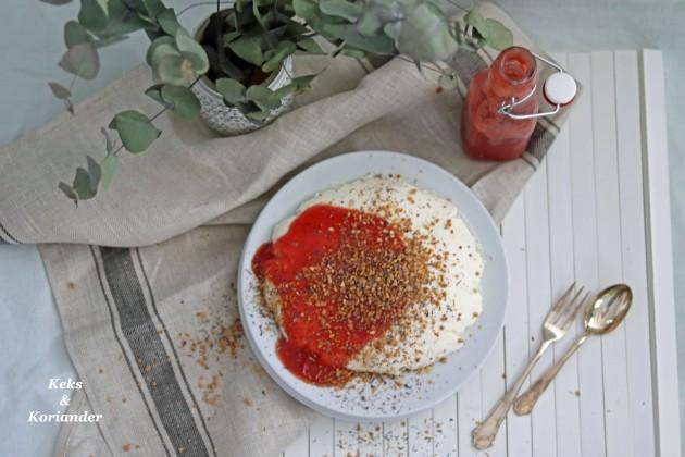 Joghurtbombe mit Rhabarber-Erdbeer-Soße 4