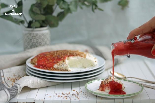 Joghurtbombe mit Rhabarber-Erdbeer-Soße