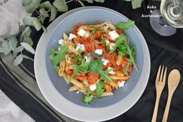 Penne mit Salsiccia, Büffelmozzarella und Tomatensauce italienisch