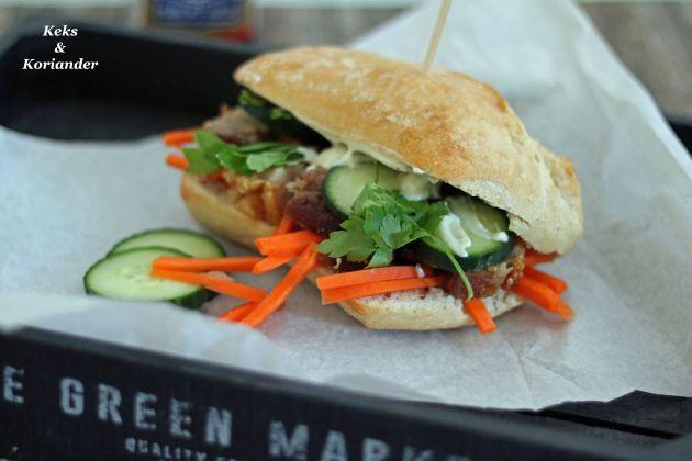 Banh Mi Vietnamesisches Sandwich mit Schweinebauch und eingelegten Karotten
