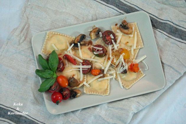 Ravioli mit Ricotta-Basilikum-Füllung und gebratenen Tomaten und Pilzen 2