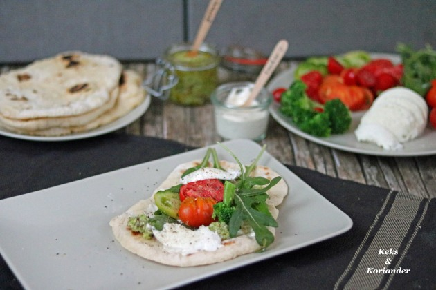 Brokkolipesto mit Fladenbrot, Tomaten, Büffelmozzarella und Rucola 3