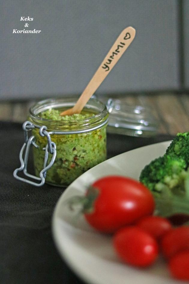 Brokkolipesto mit Fladenbrot, Tomaten, Büffelmozzarella und Rucola hoch