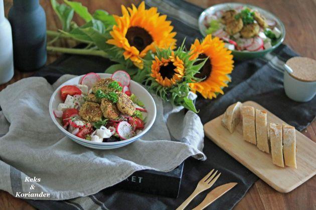 Salat mit Feta, Oliven, Zwiebeln und Pistazienfalafel 2