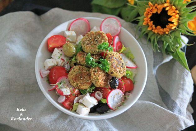 Salat mit Feta, Oliven, Zwiebeln und Pistazienfalafel 4