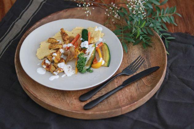 Jerusalemteller mit Putenfleisch, Gemüse, Hummus und Joghurtdip 2